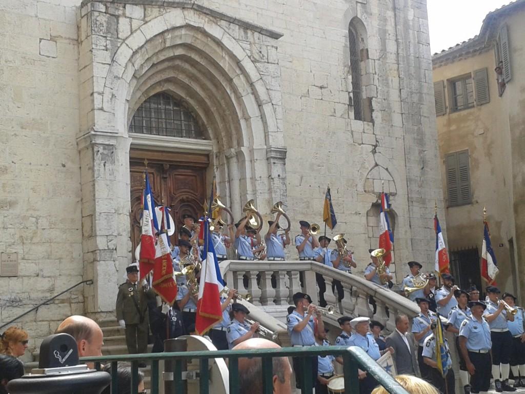La fanfare des chasseurs alpins devant la Cathédrâle de Grasse après la cérémonie de commémoration du centenaire du début de la Grande Guerre, Place du Petit Puy.