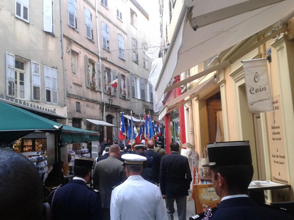 Le cortège se rendant à la seconde commémoration à 10h45 au Monument des Héros et Martyrs de la Résistance, Cours Honoré Cresp pour célébrer le 74° anniversaire de l'Appel à la Résistance du Général de GAULLE et pour honorer la Mémoire des Morts pour la France lors de la 2° Guerre Mondiale.